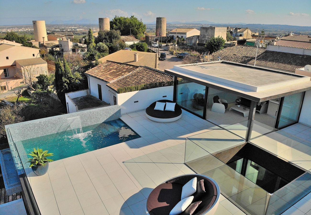 Luftaufnahme der Terrasse und des Pools der Villa in Buger