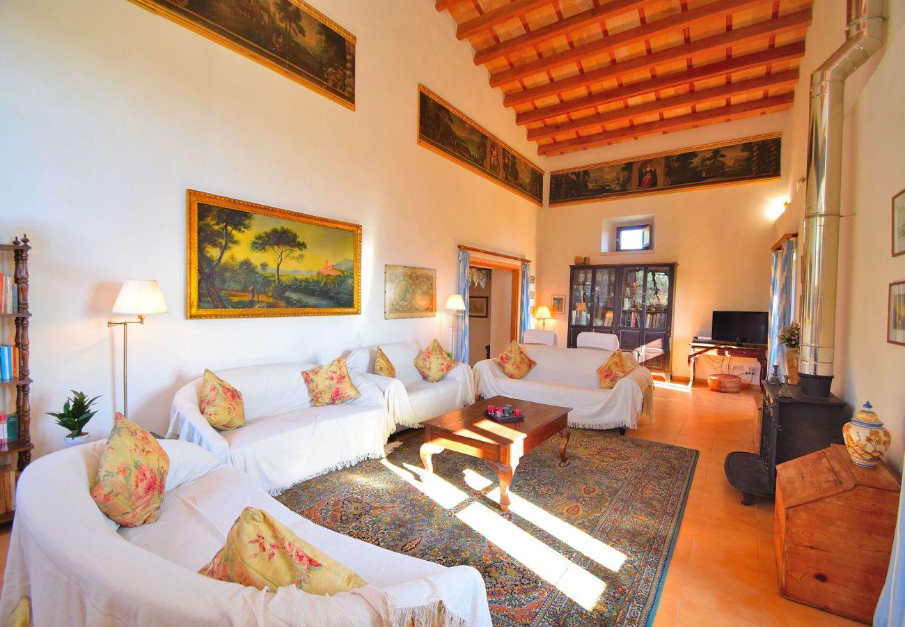 Salon der Finca in Alcudia mit Schwimmbad und Aussicht