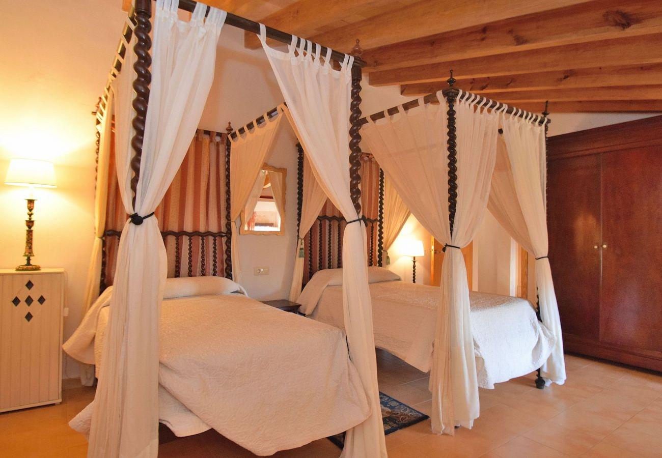 Schlafzimmer der Finca in Alcudia mit Aussicht