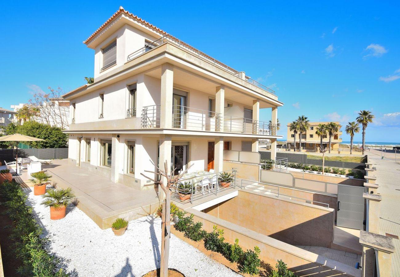 Außenaufnahme der Luxusvilla in Can Picafort