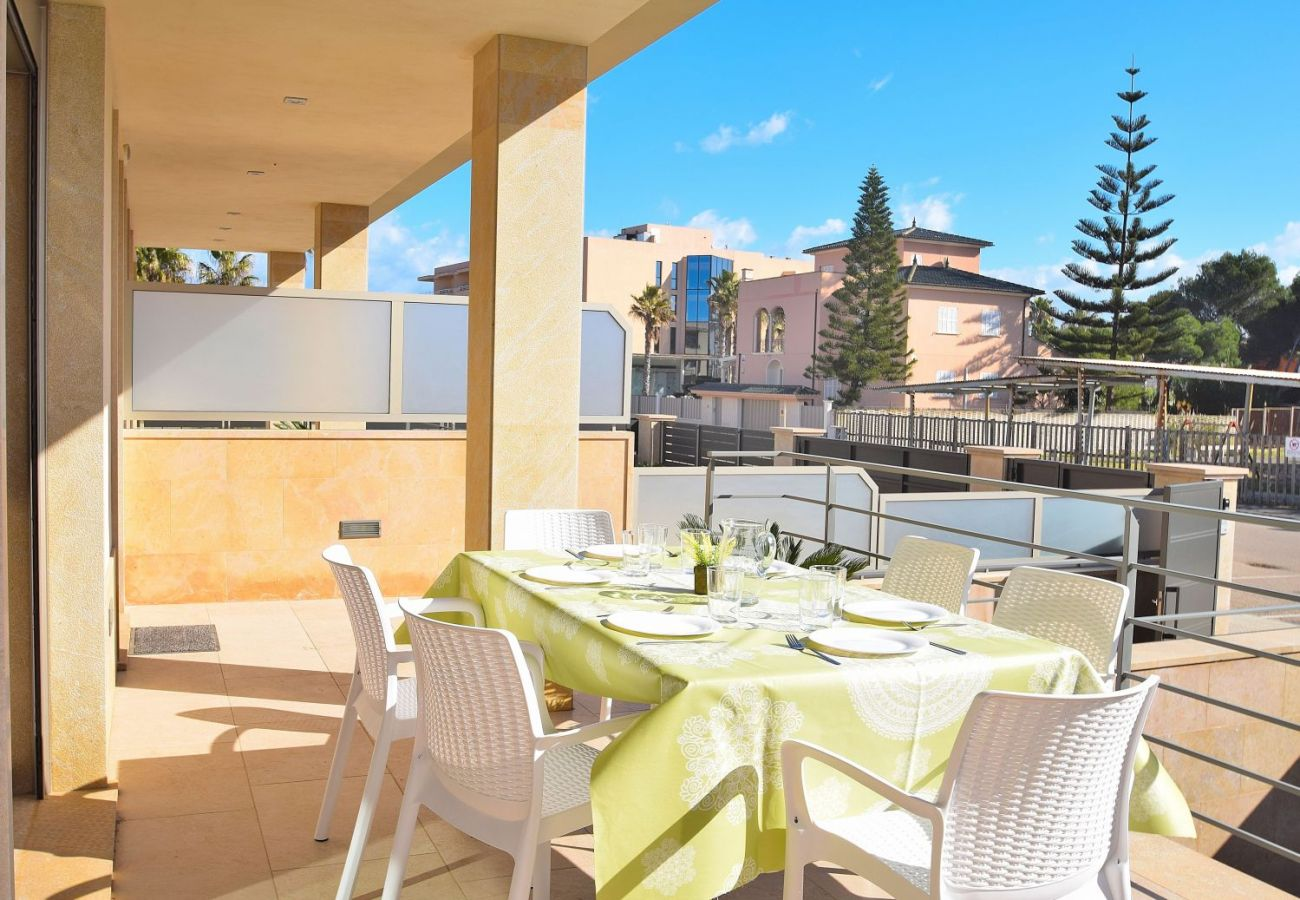 Terrasse der Luxusfinca in Can Picafort