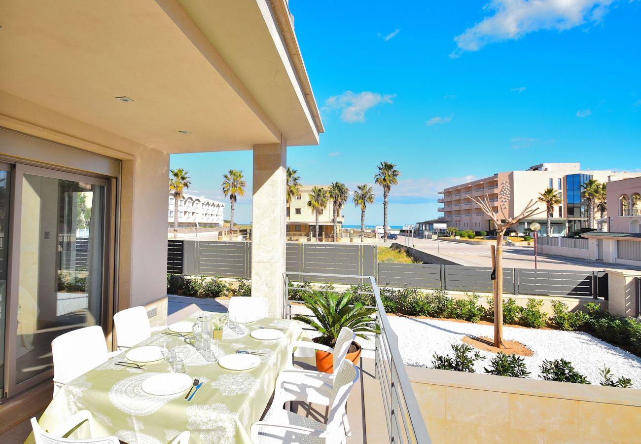 Terrasse der Luxusvilla in can picafort