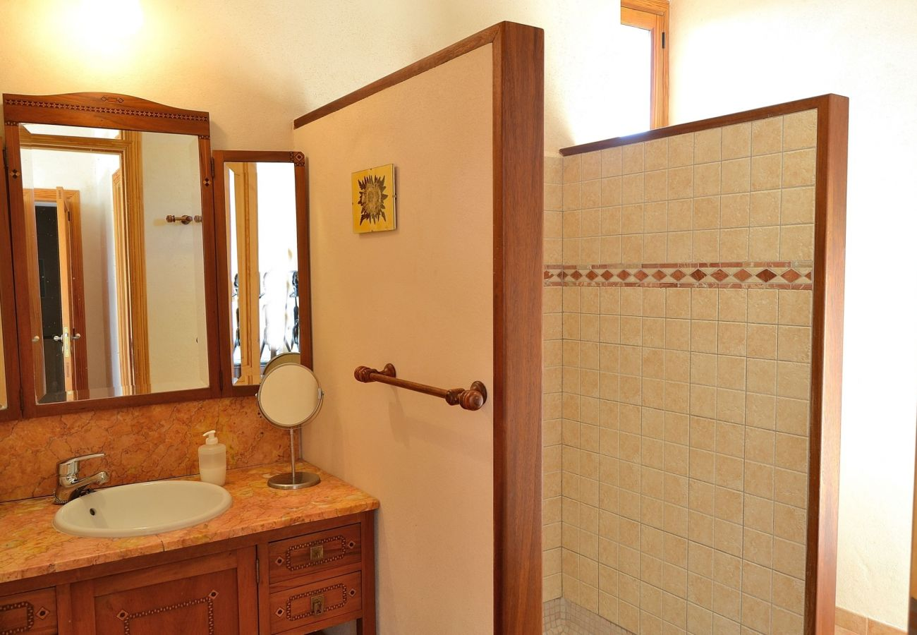 Photo of one of the bathrooms on the villa in Llubi
