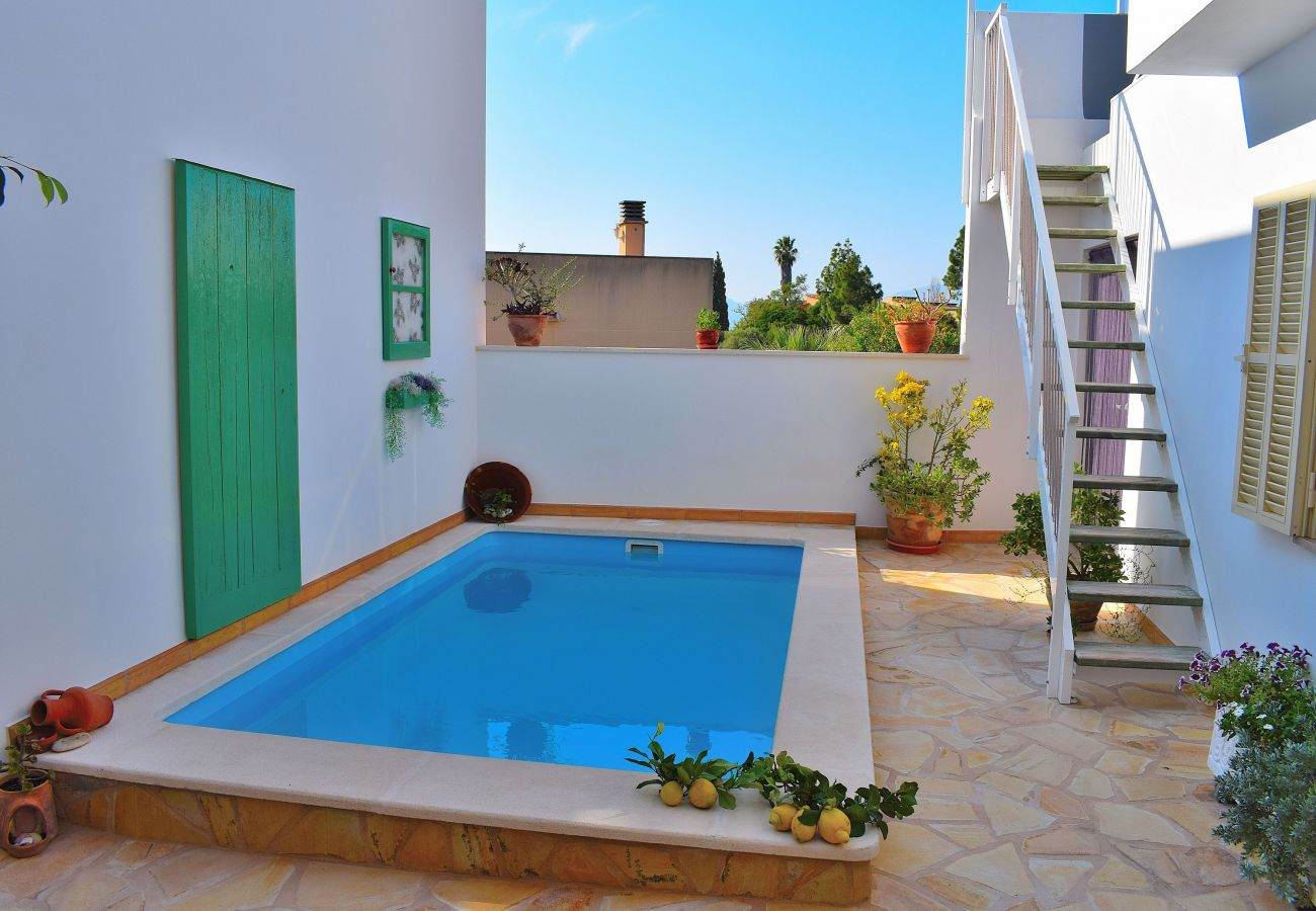 Quiet pool at holiday home